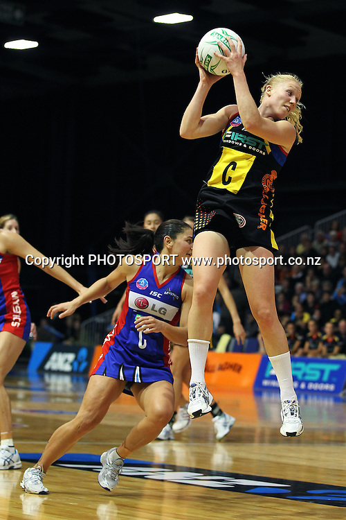 Magic's Laura Langman in action. ANZ Netball Championship, Preliminary Final, Waikato/BOP Magic v LG Northern Mystics. Mystery Creek Events Centre, Hamilton, New Zealand. Sunday 15th May 2011. Photo: Anthony Au-Yeung / photosport.co.nz
