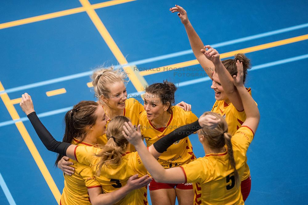 17-12-2016 NED: SV Dynamo - VV Utrecht, Apeldoorn<br /> Dynamo wint met 3-1 van vv Utrecht / Lotte Leukenhaus #5, Barbara Knap #6, Joyce Wassen #2