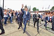 Nederland, The Netherlands, Cuijk, 22-7-2016 Koning Willem-Alexander bracht op de 4e dag van de 4daagse een kort bezoek op de route, parcours, van de 100e vierdaagse, van Nijmegen. Hij liep vanaf de schouwburg in Cuijk over de pontonbrug over de Maas naar de overkant waar hij een verzorgingspost van het Rode Kruis bezocht. Op de brug hief hij het glas met de pontoniers die de noodbrug gelegd hebben en onderweg mengde hij zich met de wandelaars. Foto: Flip Franssen/ HH
