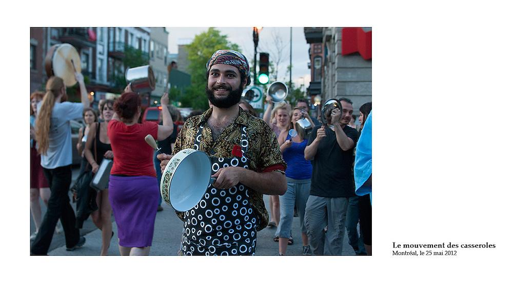 Des milliers de Montréalais descendent dans les rues de la métropole, à 20h tapantes, pour protester bruyamment contre la loi 78 et le gouvernement de Jean Charest. L'ambiance est festive. Il y a des gens de tous les âges, de tous les milieux. Cette forme de protestation populaire, connue sous le nom de cacerolazo, est pratiquée depuis une quarantaine d'années dans plusieurs pays d'Amérique latine.