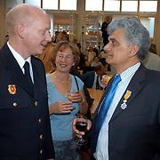 NLD/Huizen/20070427 - Lintjesregen 2007 gemeente Huizen, commandant brandweer Huizen in gesprek met hoofdbrandwacht Henk Zwart