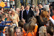 Prins Willem-Alexander en Prinses Maxima zijn op de basisscholen De Triangel en Het Palet om met een fluitsignaal de Koningsspelen te openen. Ruim 1,3 miljoen kinderen van 65.000 scholen doen mee aan deze sportdag, een cadeau van alle schoolkinderen in Nederland aan het aanstaande koningspaar. <br /> <br /> Prince Willem-Alexander and Princess Maxima are on the primary school the Triangle and Palette With a whistle they will open the games. More than 1.3 million children from 65,000 schools participate in these sports day, a gift of all schoolchildren in the Netherlands to the future King and Queen.<br /> <br /> Op de foto / On the photo:  Aankomst van de toekomstige koning en koningin <br /> <br /> Arrival of the future King and Queen