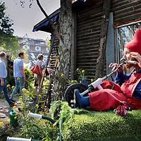 Nederland, Amsterdam, 5 juni 2015<br /> Rondleiding door ADM Culturele vrijhaven in Westelijk havengebied.<br /> het lang geleden gekraakte haventerrein van ADM, diep in het westelijk havengebied. Om 16 uur zijn we daar welkom voor een rondleiding, waar de paradijsvogelachtige bewoners tegelijk hun kwelgeest ontvangen, de directeur van de projectontwikkelaar die plannen heeft voor het terrein. Ook komen er wat raadsleden<br /> <br /> <br /> Foto: Jean-Pierre Jans