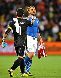 Football - soccer: FIFA World Cup South Africa 2010, Italy (ITA) - Paraguay (PRY), IL PORTIERE DEL PARAGUAY VALDES SI COMPLIMENTA CON DANIELE DE ROSSI A FINE PARTITA