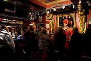 Molly Moggs, SOHO'S CABARET BAR/CAFE.2, Old Compton St, London, W1D 4TB .Tel: +44(0)20 7434 4294 .Facebook: Molly-Moggs-Soho.E-mail: jeff@mollymoggs.co.uk.EVENTI: Molly Moggs, un pub piccolo-piccolo aperto dal 1731, GAY friendly, e' l'ideale per una serata all'insegna del CABARET.