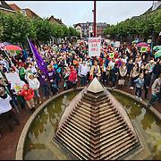 Nederland, Boxtel,  14-09-2013 - Protest tegen de plannen voor schaliegaswinning. Haagse politici kwamen vandaag op werkbezoek en bezochten de twee voorgenomen proefboor locaties n. Protest against drilling plans for shale gas. FOTO: Gerard Til / Hollandse Hoogte