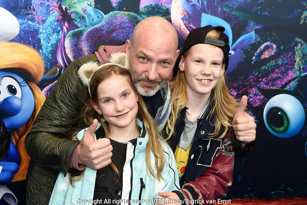 Nederlandse premi&egrave;re van DE SMURFEN EN HET VERLOREN DORP in Pathe ArenA, Amsterdam<br /> <br /> Op de foto:   Eddy Zoey en zijn kinderen Fender en Teuntje