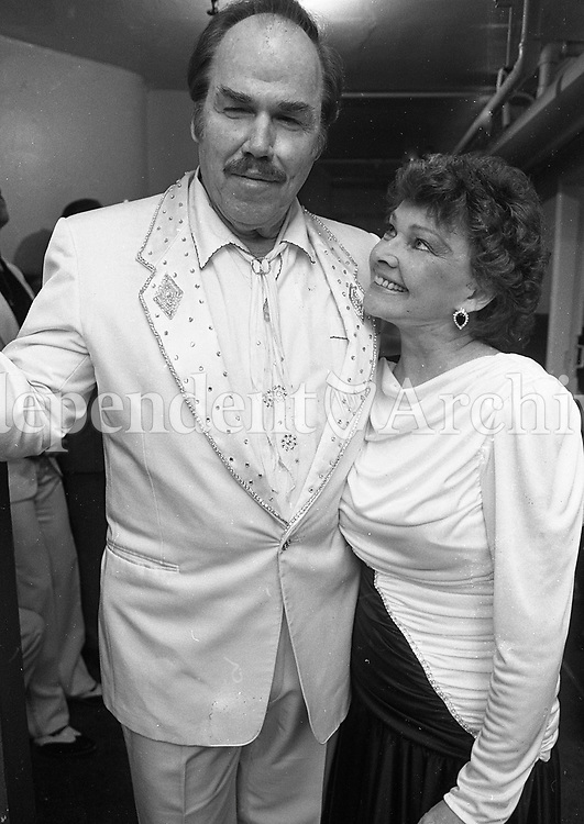 Slim Whitman and Billie Jo Spears at the Gaiety Theatre for the final concert in their Irish tour, circa April 1990 (Part of the Independent Newspapers Ireland/NLI Collection).