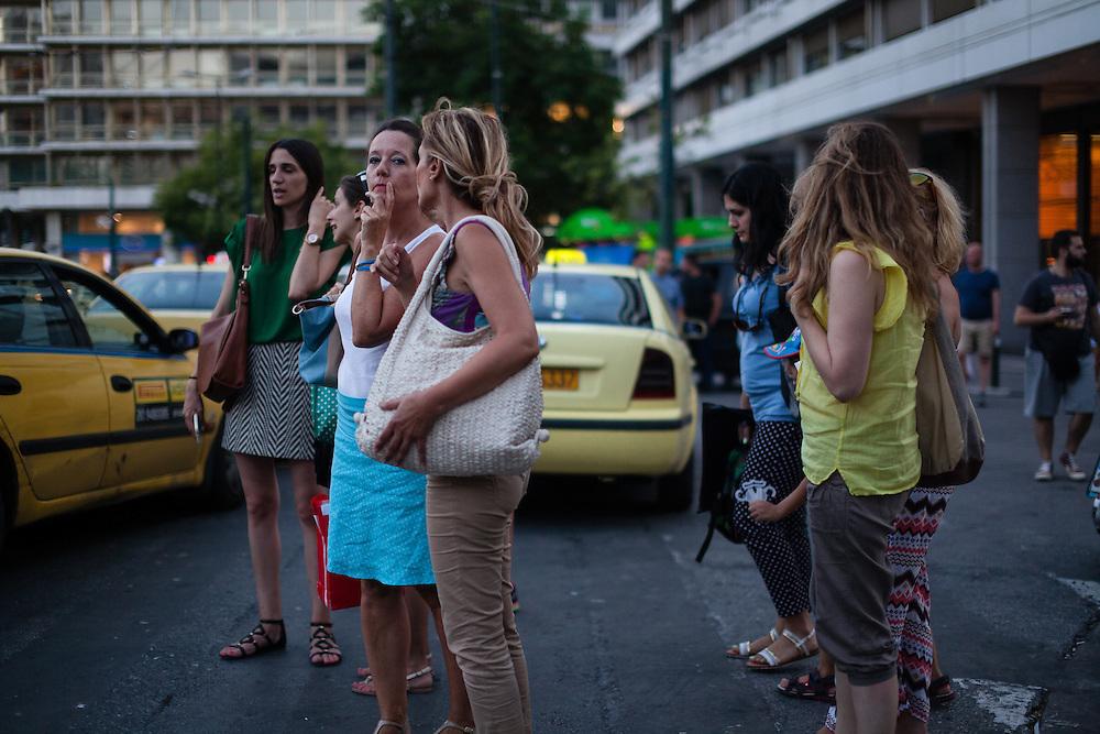 &quot;Man muss das Paradoxe aushalten und lernen, das Andererseits im Einerseits mitzuden- ken und umgekehrt: &bdquo;Ja&ldquo; und &bdquo;Nein&ldquo; &ndash; das sind Lager und Schnittmengen zugleich, weil Alexis Tsipras eine Bedrohung ist und eine Hoffnung. Viele Menschen ha- ben sich an die Krise gew&ouml;hnt wie an die Sommerhitze, sie ist zu einem Teil ihres Alltags geworden und l&auml;hmt das Land. Aber man muss mit ihr zurechtkommen.<br /> &bdquo;Europa schuldig zu sprechen wegen seiner angeblichen Austerit&auml;tspolitik, ist immer der falsche Ansatz&ldquo;<br /> Apostolos Siokas<br /> Vize-B&uuml;rgermeister Moschato<br /> Zeiten waren schwierig, die Zeiten sind schwierig und die Zeiten werden schwierig sein. Eben drum aber sehnt man sich zugleich nach einer Katharsis, nach der Bereinigung einer Gegenwart, die nicht vergehen will.&quot; <br /> <br /> &quot;Der ewige Marathon&quot;   Dieter Schnaas   Wirtschaftswoche 29/10.7.2015