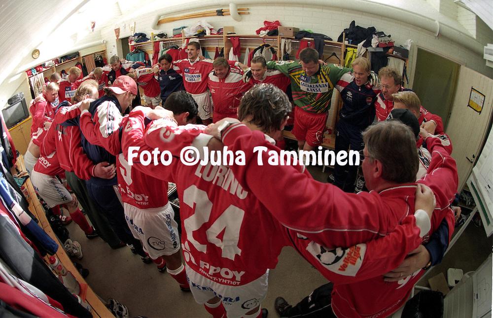 31.05.1999, Pori, Finland..Veikkausliiga / Finnish League, FC Jazz v FC Jokerit..FC Jazzin joukkue luo henke? pukukopissa ennen ottelun alkua..©Juha Tamminen