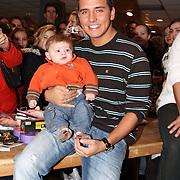NLD/Volendam/20080301 - Signeersessie Jan Smit, met kleine fan