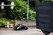 ROTTERDAM - Het is zover, vanavond  gaat de Maastunnel dicht. Twee jaar lang van noord naar zuid, af en toe in beide richtingen. En daar gaat heel Rotterdam last van hebben. Een uitgelezen moment voor de verstokte automobilist om na te denken over alternatieve vormen van vervoer. Voor nu, maar ook voor later. Hoe een hek voor de tunnel dienst doet als prikkel voor gedragsverandering. COPYRIGHT ROBIN UTRECHT