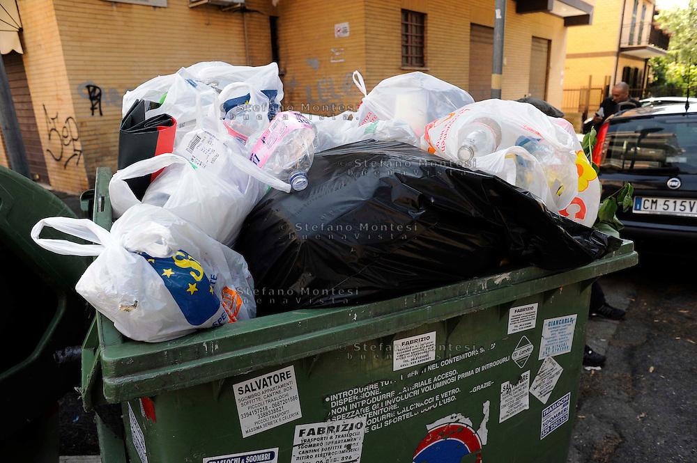 Roma   Giugno  2010.Cassonetti della spazzatura pieni e rifiuti per la strada, al quartiere Fidene