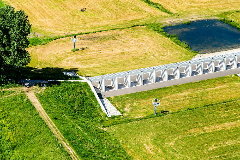 Nederland, Gelderland, Gemeente Lingewaard, 09-06-2016; de Groene rivier bij Pannerden, overloopgebied met regelwerk, parallel aan Pannerdensch Kanaal (buiten beeld, overgaand in Neder-Rijn). Vlak voor Pannerden splits de Rijn in Waal en Pannerdensch Kanaal, bij hoogwater verdeelt het regelwerk het water vanuit de Rijn naar de beide riviertakken.<br /> In het verleden was er een overlaat op de plaats van het regelwerk.<br /> <br /> <br /> Green River in Pannerden, overflow area parallel to Pannerdensch channel (left, also named Lower Rhine). Just befor Pannerden, the Rhine and Waal splits in Pannerdensch Channel and Waal, at high waters the control works distributes the water from the Rhine to the two river branches.<br /> luchtfoto (toeslag op standard tarieven);<br /> aerial photo (additional fee required);<br /> copyright foto/photo Siebe Swart