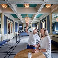 Nederland, Amsterdam, 7 juli 2017.<br />Akzo Nobel is ingehuurd  bij Carré,<br />ivm de renovatie waarbij Akzo de verf voor zijn rekening neemt, waarbij wordt uitgegaan van de oude verven die ooit zijn gebruikt. Ze doen nu hetzelfde bij het Concertgebouw (en eerder bij het Rijks) We lopen met een verfdeskundige door het gebouw.<br />Op de foto: Carré directeur Madeleine van der Zwaan in gesprek met Akzo Nobel verfspecialist André vd Heuvel<br /><br /><br />Foto: Jean-Pierre Jans