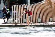 Een man rijdt op een skateboard over Market Street in San Francisco. De Amerikaanse stad San Francisco aan de westkust is een van de grootste steden in Amerika en kenmerkt zich door de steile heuvels in de stad. Ondanks de heuvels wordt er steeds meer gefietst in de stad.<br /> <br /> A man rides a skate board at Market Street in San Francisco. The US city of San Francisco on the west coast is one of the largest cities in America and is characterized by the steep hills in the city. Despite the hills more and more people cycle.