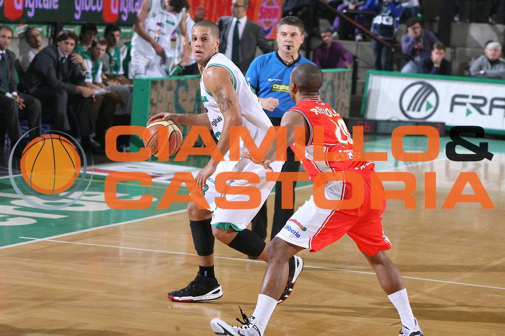 DESCRIZIONE : Treviso Lega A 2009-10 Benetton Treviso Cimberio Varese<br /> GIOCATORE : Daniel Hackett<br /> SQUADRA : Benetton Treviso<br /> EVENTO : Campionato Lega A 2009-2010<br /> GARA : Benetton Treviso Cimberio Varese<br /> DATA : 21/11/2009<br /> CATEGORIA : Palleggio<br /> SPORT : Pallacanestro<br /> AUTORE : Agenzia Ciamillo-Castoria/G.Contessa<br /> Galleria : Lega Basket A 2009-2010<br /> Fotonotizia : Treviso Campionato Italiano Lega A 2009-2010 Benetton Treviso Cimberio Varese<br /> Predefinita :
