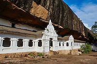 Sri Lanka, province du centre, district de Matale, Dambulla, Temple d'Or classé patrimoine mondial de l'UNESCO, temple troglodytiques, monastère construit dans la roche et qui abrite cinq sanctuaires dans les grottes // Sri Lanka, Ceylon, North Central Province, Dambulla, Buddhist Cave Temple, UNESCO World Heritage Site
