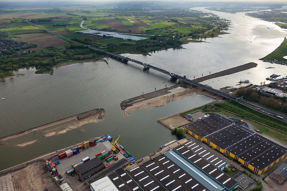 Nederland, Zuid-Holland, Gemeente Gorinchem, 09-05-2013; bedrijventerrein Avelingen en Merwedebrug over de Boven-Merwede.<br /> In het kader van het programma Ruimte voor de Rivier wordt er in de uiterwaarden een geul gegraven (die bij hoogwater het water kan afvoeren).<br /> As part of the Program 'Room for the river', a trench is being dug in the floodplains. This will allow the discharge at high water levels.<br /> luchtfoto (toeslag op standard tarieven);<br /> aerial photo (additional fee required);<br /> copyright foto/photo Siebe Swart.