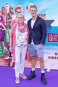 2018, 15 Juli. Pathe ArenA, Amsterdam. Premiere van Hotel Transsylvanie 3. Op de foto: Ferry Doedens en zijn moeder