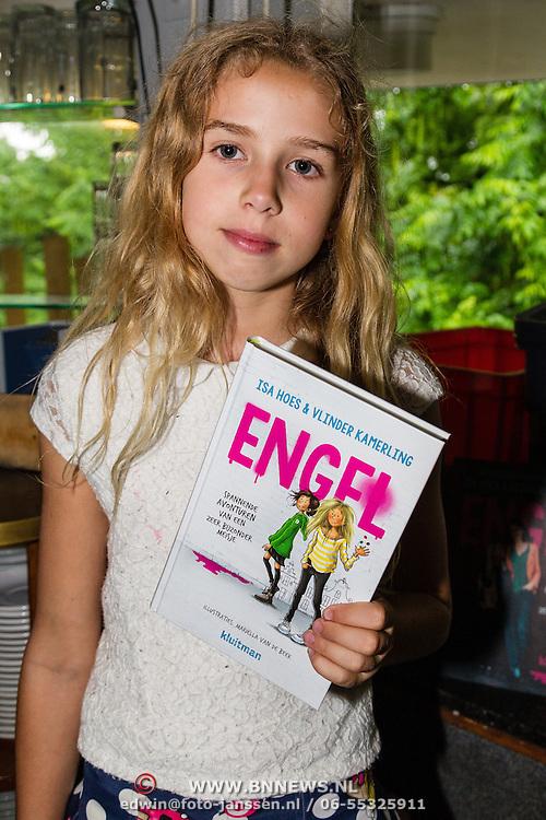 NLD/Amsterdam/20160620 - Boekpresentatie Engel kinderboeken debuut van Isa Hoes & Vlinder Kamerling, Vlinder Kamerling met haar eerst geschreven boek
