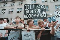 23 AUG 2000, NORDHAUSEN/GERMANY:<br /> Drei Jungen warten auf das Eintreffen des Bundeskanzlers vor dem Rathaus, hinter ihnen ein Transparente von Arbeitern der DEUSA Stahlwerke und Aufbereitungs GmbH die fuer den Erhalt ihrer Arbeitsplätze  demonstrieren, vor dem Rathaus, Sommerreise des Kanzlers durch die Ostdeutschen Bundeslaender<br /> IMAGE: 20000823-01/01-31<br /> KEYWORDS: Worker, Demo, Demonstration, Kind, Child