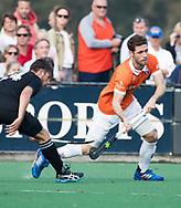 BLOEMENDAAL  - Sander 't Hart (Bldaal)   met Koen Bakhuis (HGC)   Hoofdklasse competitie heren, Bloemendaal-HGC (7-2). COPYRIGHT KOEN SUYK
