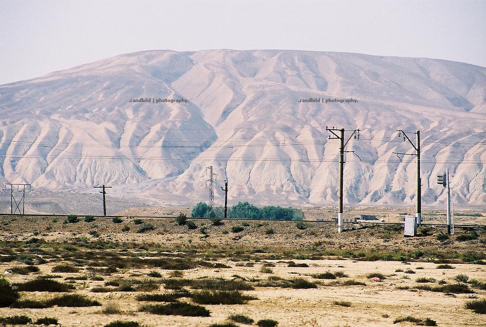 Eine Gleisstrecke in der trockenen und zerfurchten Steppe im Osten des Kaukasusstaates Aserbaidschan...Tracks through the veld of Aserbaijan.