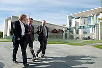 03 SEP 2010, BERLIN/GERMANY:<br /> Birgit Marschall (L), Redakteurin Rheinische Post, Thomas de Maiziere (M), CDU, Bundesinnenminister, und Dr. Gregor Mayntz (R), Redakteur Rheinische Post, Intervirew waehrend einem Spaziergang von der Bundespressekonferenz zum Bundesinnenministerium, im Hintergrund: das Bundeskanzleramt<br /> IMAGE: 20100903-01-019<br /> KEYWORDS: Thomas de Maizière
