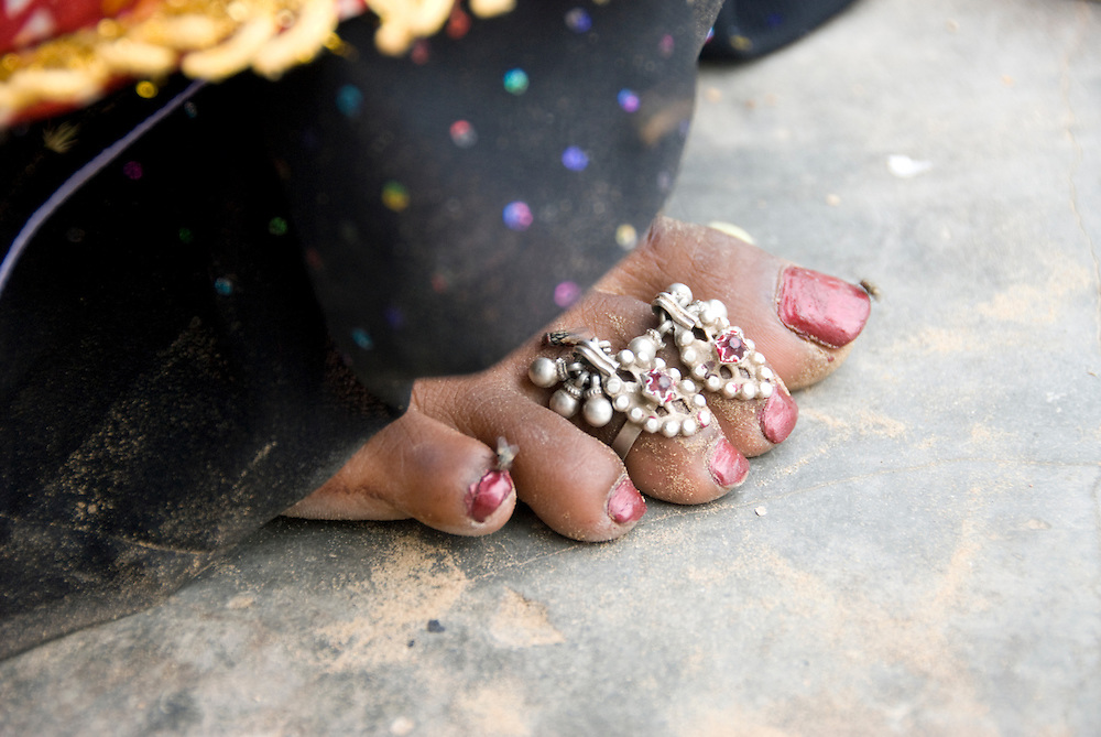 Generally, married Rajasthani women wear toerings (bichhia). They are usually made of silver and most women wear them in pairs. Often, a larger ring is worn on the great toe of the left foot, to show the married status.