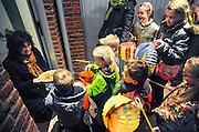 Nederland, Oosterhout, 11-11-2008St. Maarten. Kinderen gaan met lampionnen langs de deur om liedjes te zingen snoep te krijgen. Een katholieke traditie. Maarten, Martinus, was een van oorsprong hongaarse ridder en weldoener. Children with Chinese lanterns sing songs to collect candy. It's a Katholic tradition to do this on the day of Saint Maarten.Foto: Flip Franssen/Hollandse Hoogte