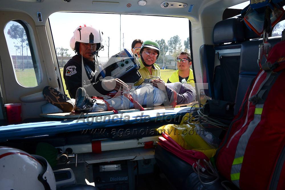 """Toluca, México.- Una persona muerta, 7 lesionados y más de 3 mil trabajadores evacuados fue el saldo al desplomarse una aeronave en un simulacro realizado en el parque industrial Exportec II en Boulevard Miguel Alemán; brigadistas de 11 empresas en coordinación con Bomberos de Toluca, SUEM, SSC y el Escuadrón de Urgencias Aéreas """"Relampagos"""". Agencia MVT / Crisanta Espinosa"""