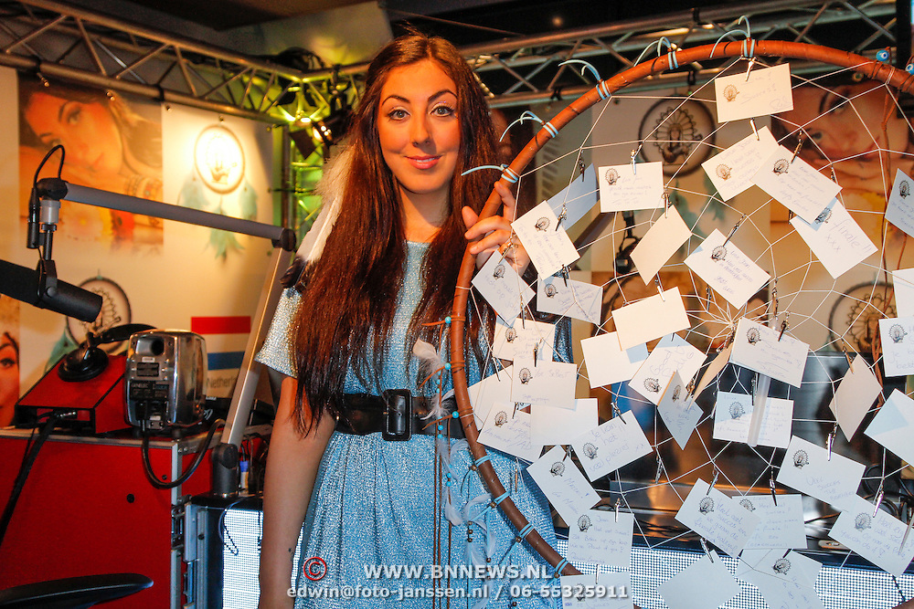 NLD/Hilversum/20120511 - Uitzwaaien Joan Franka voor deelname Eurovisie Songfestival, Joan krijgt een dromenvanger