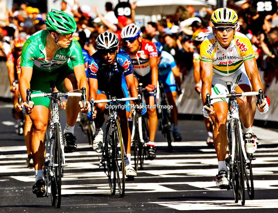 Le Puy-En Velay, 20050722. Tour de France 2005. Thor Hushovd tror Robbie McEwan (t.h) har gitt opp, og at den grønne trøya er hans... ..Foto: Daniel Sannum Lauten/ Dagbladet *** Local Caption *** Hushovd,Thor ..McEwan,Robbie