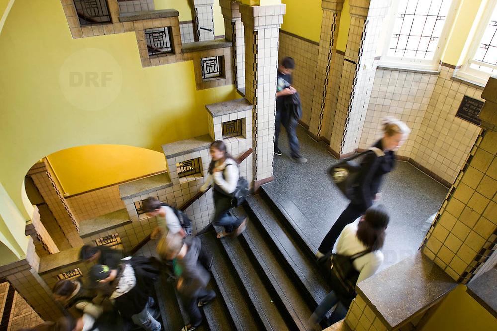 Nederland Rotterdam 23-09-2009 20090923 Serie over onderwijs,  openbare scholengemeenschap voor mavo, havo en vwo. Wisselen van klaslokaal, leerlingen lopen op trap.                                  .Foto: David Rozing