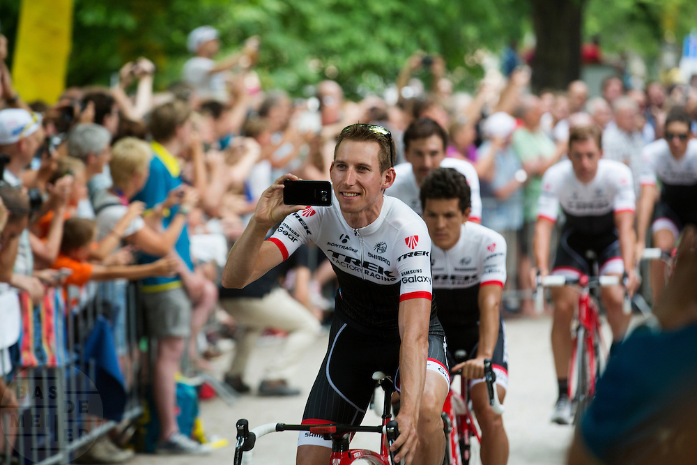 Bauke Mollema van Team Trek Factory Racing filmt zijn passage langs de wielerliefhebbers. In Utrecht vindt met de presentatie van de renners het eerste officiële deel plaats van de Grand Depart. Op 4 juli start de Tour de France in Utrecht met een tijdrit. De dag daarna vertrekken de wielrenners vanuit de Domstad richting Zeeland. Het is voor het eerst dat de Tour in Utrecht start.<br /> <br /> Bauke Mollema of Team Trek Factory Racing films while he passes the fans. In Utrecht the riders present themselves as the first official moment of the Grand Depart . On July 4 the Tour de France starts in Utrecht with a time trial. The next day the riders depart from the cathedral city direction Zealand. It is the first time that the Tour starts in Utrecht.