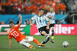 09.07.2014, Arena de Sao Paulo, Sao Paulo, BRA, FIFA WM, Niederlande vs Argentinien, Halbfinale, im Bild Argentinean player Martin Demichelis (right) fights for the ball with Wesley Schneider (left) from Netherlands // during Semi Final match between Netherlands and Argentina of the FIFA Worldcup Brazil 2014 at the Arena de Sao Paulo in Sao Paulo, Brazil on 2014/07/09. EXPA Pictures © 2014, PhotoCredit: EXPA/ Eibner-Pressefoto/ Cezaro<br /> <br /> *****ATTENTION - OUT of GER*****