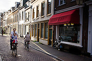 In Utrecht fietst een vader met zijn zoontje op het kinderzitje voorop door de Haverstraat.<br />