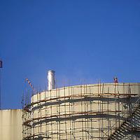 Obreros sobre tanque de almacenamiento de petroleo, Refineria petrolera El Palito, Estado Carabobo, Venezuela
