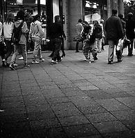 En funksjonshemmet tigger spør forbipasserende etter penger i på Kurfürstendamm i vest Berlin.<br /> <br /> Berlin street photography 2010. Berlin gatefoto 2010.<br /> Foto: Svein Ove Ekornesvåg