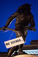 Roma 7 Febbraio 2011.Le statue di Roma tornano a parlare,  durante la notte  sono stati appesi dei cartelli sulle staue che fanno riferimento alla situazione politica attuale. Statua del bersagliere a Porta Pia