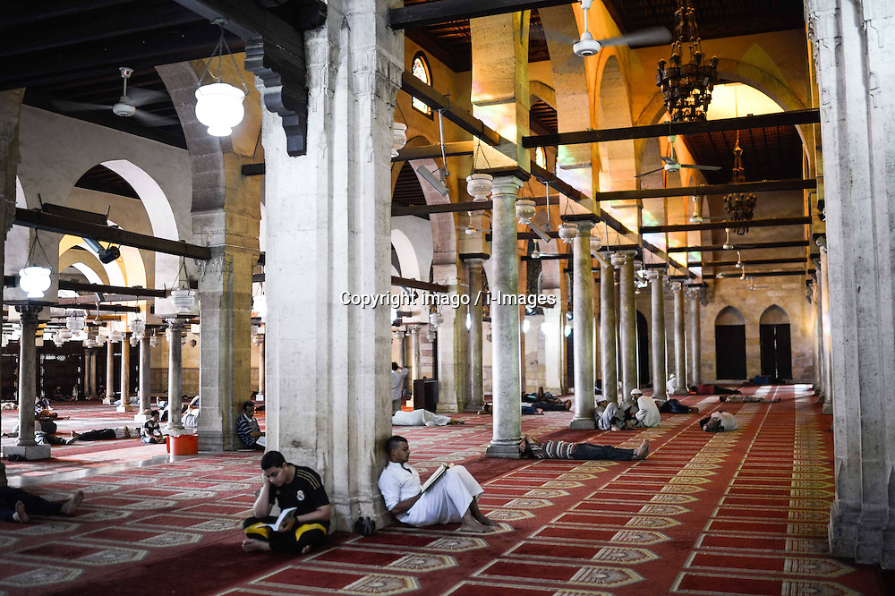 60103059  <br /> Egyptian Muslims read Quran waiting for the time to break their fast at Al-Azhar Mosque on the first day of the holy month of Ramadan in Cairo, Egypt on Wednesday, July 10, 2013.<br /> Photo by imago / i-Images