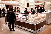 Tokyo, Japon, 30 janvier 2010 - Au grand magasin de luxe Isetan, Shinjuku, 2 semaines avant la St Valentin. Au point de vente de Sebastien Bouillet, qui fait parti des quatre patissiers francais ayant une boutique chez Isetan.