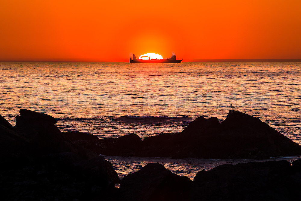 Vessel passing by the sun at sunset | Båt som passerer solen ved solnedgang