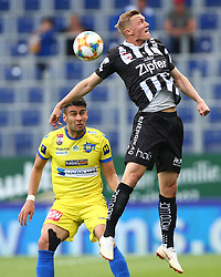19.05.2019, NV Arena, St. Poelten, AUT, 1. FBL, SKN St. Poelten vs LASK, Meistergruppe, 31. Spieltag, im Bild v.l. Daniel Petrovic (SKN St. Poelten) und Thomas Goiginger (LASK) // during the tipico Bundesliga Champions group 31st round match between SKN St. Poelten and LASK at the NV Arena in St. Poelten, Austria on 2019/05/19. EXPA Pictures © 2019, PhotoCredit: EXPA/ Thomas Haumer