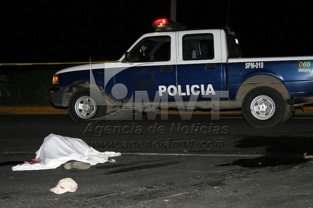 Mexicaltzingo, Mex.- Un motocilcista perdió la vida al ser atropellado por un camión de pasajero de la línea STUT, esto en la carretera Mexicaltzingo-Chapultepec, el acompañante del moticiclista  resulto gravemente herido y fue trasladado a un hospital de Toluca. Agencia MVT / José Hernández.