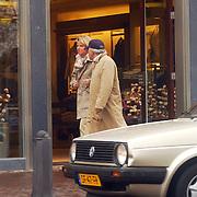 Rik Felderhof en Denise Mooij winkelend in Laren