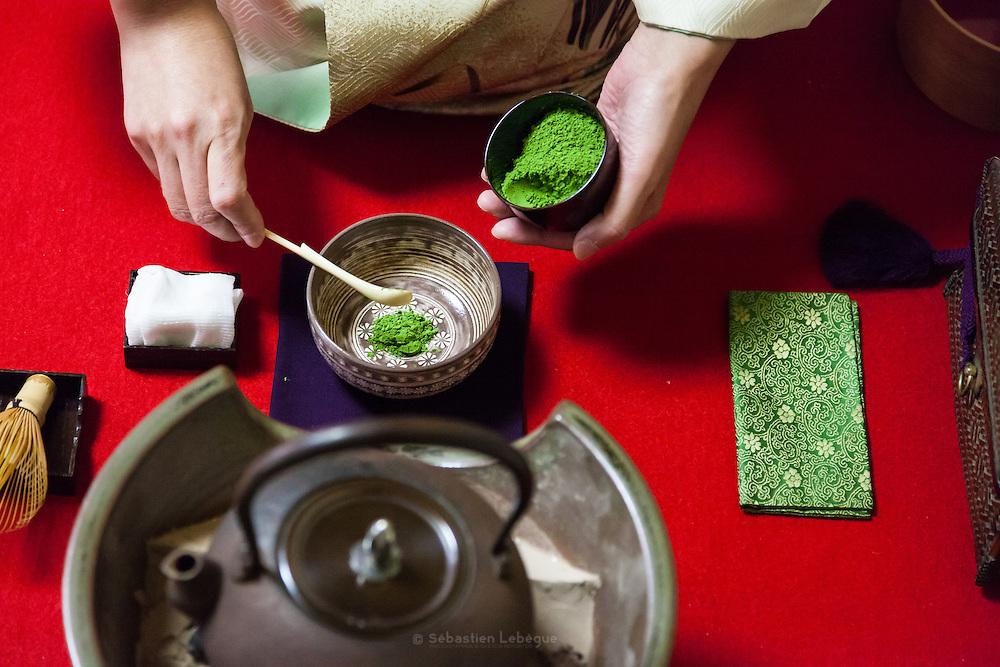 La cérémonie du thé , chanoyu  - 茶の湯 (« eau chaude pour le thé ») est influencée par le bouddhisme zen. Le silence doit régner et les gestes sont précis. Le maître de cérémonie prépare le thé face aux invités. Ces gestes sont lents et méticuleux. Le macha, thé traditionnel est une poudre verte qui se mélange à l'eau avec énergie avec un outil en bambou en forme de fouet. Chabako (茶箱点) est appelé ainsi parce que l'équipement est pris dans une boîte spéciale (littéralement boîte à thé) et replacé dans celle-ci.