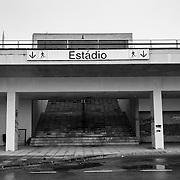 """Contruído para o Euro 2004, o Estádio Municipal de Aveiro,5º em capacidade do país, ecoa um passado recente, pleno de ilusões de prosperidade. A caminho de se tornar """"ruina romântica"""", é perfeita alegoria de um país ciclotimico que agora se confronta duramente com a sua real dimensão."""