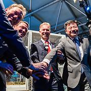 NLD/Amsterdam/20170412- Aankomst reuzenpanda's WU WEN en XING YA in Nederland, Marcel Boekhoorn met Ambassadeur Wu Ken  en Directeur KLM Cargo Marcel de Nooijer
